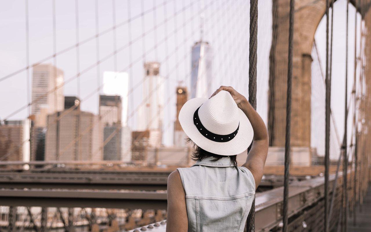 AWAYN IMAGE Walk the Brooklyn Bridge pathway