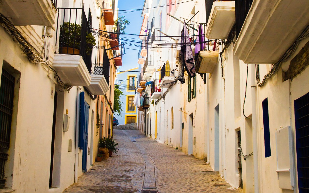 AWAYN IMAGE Walk around the streets of Dalt Vila