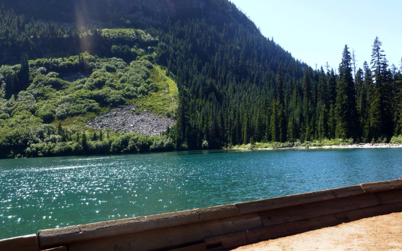 AWAYN IMAGE Rainy Lake hike