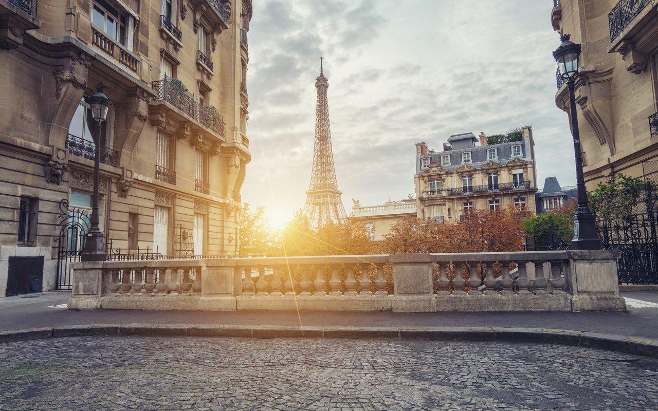 AWAYN IMAGE Take a picture on Avenue de Camoens