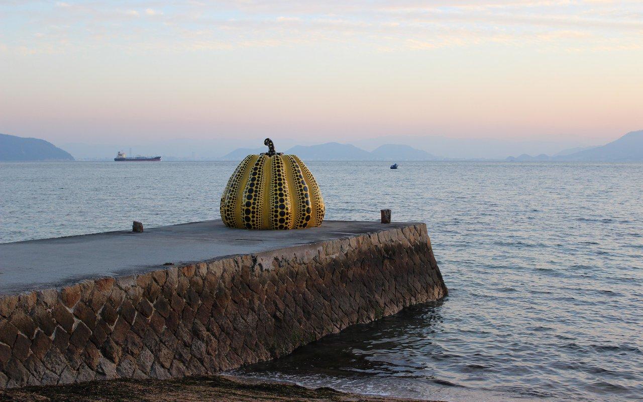 AWAYN IMAGE Yayoi Kusama's Yellow Pumpkin in Naoshima