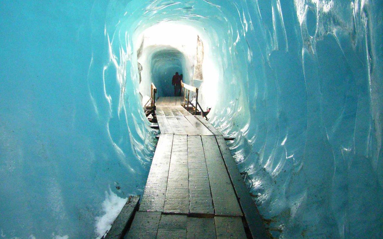 AWAYN IMAGE Experience the Rhône Glacier
