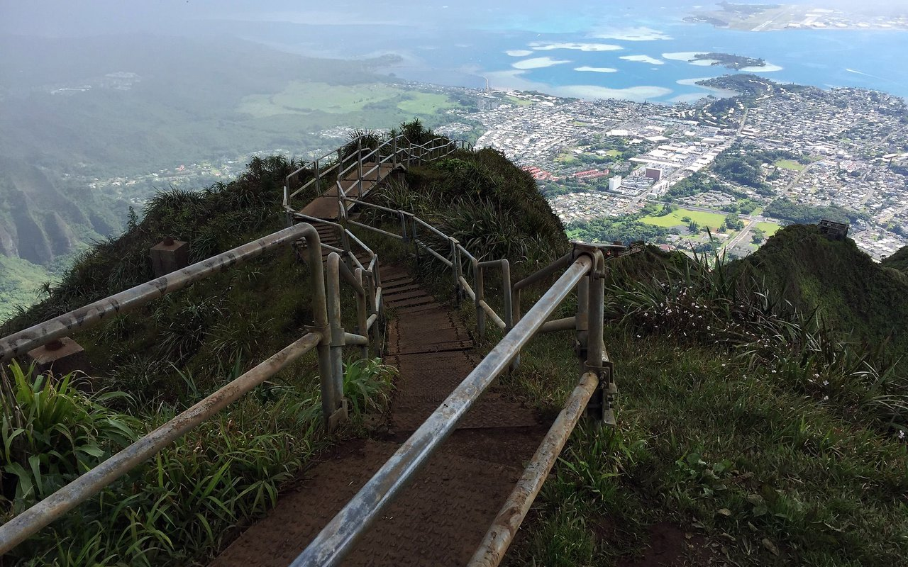 AWAYN IMAGE Hiking from Moanalua Valley Trail to the Haiku Stairs (Stairway To Heaven)