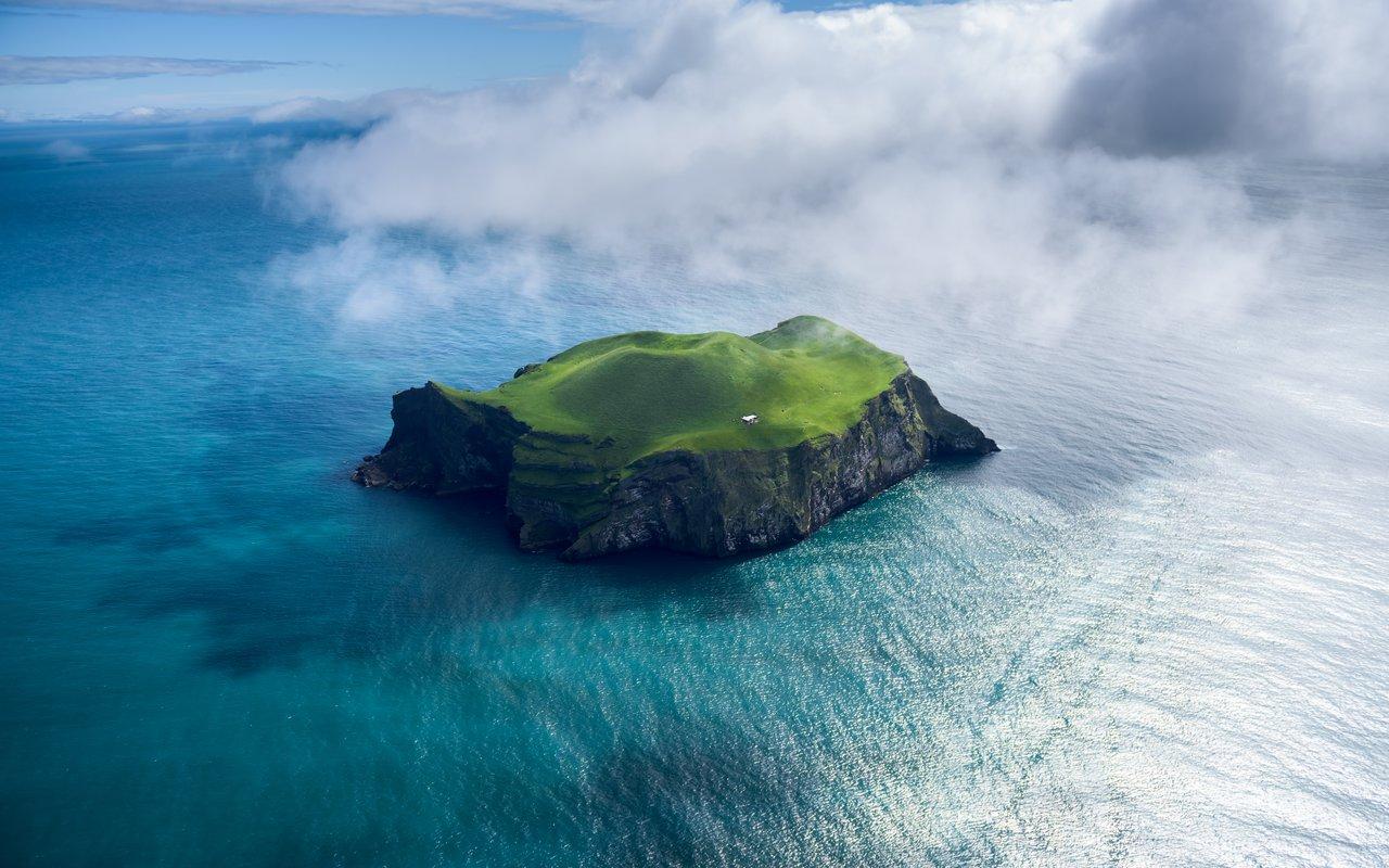 AWAYN IMAGE Enjoy a day at Vestmannaeyjar island