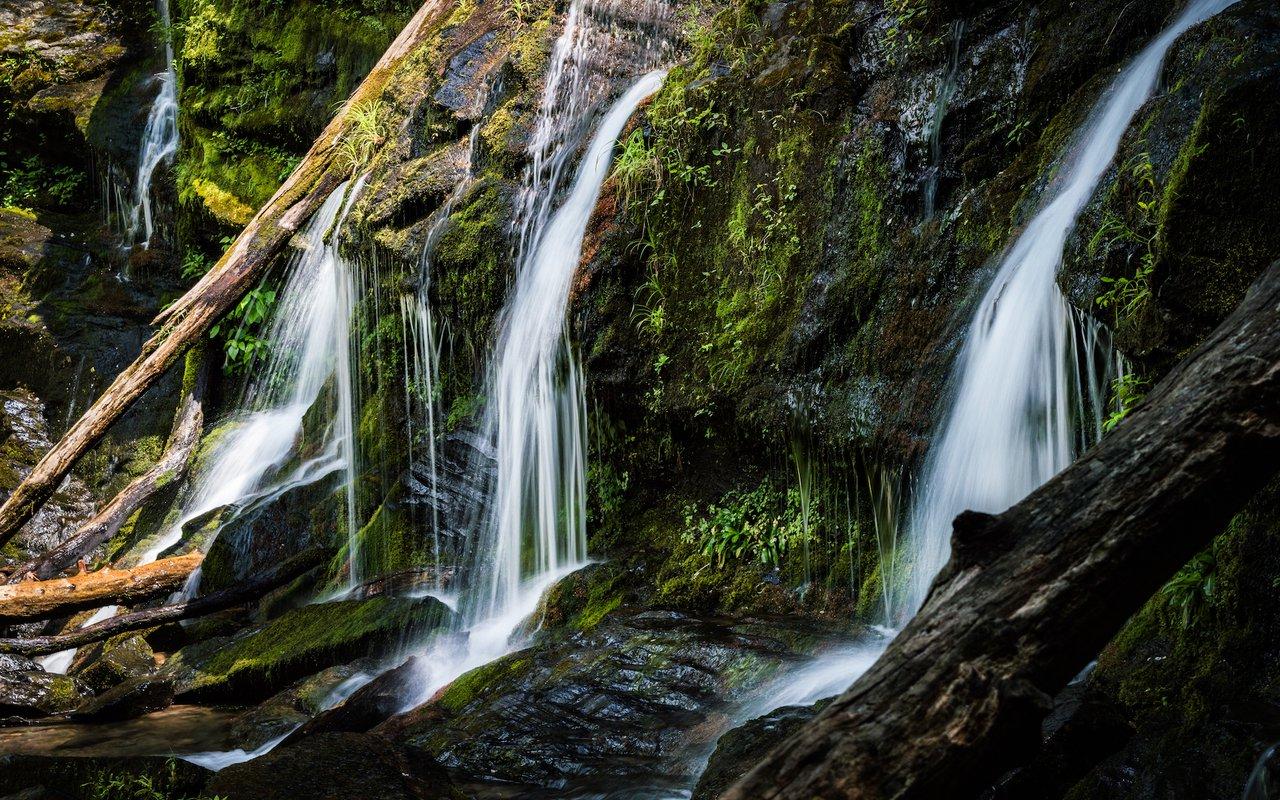 AWAYN IMAGE Hiking Catawba Falls