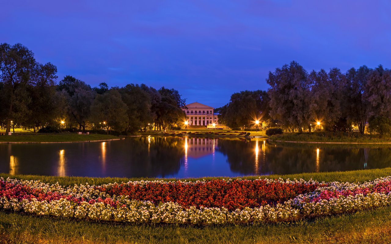 AWAYN IMAGE Walk in Yusupov Gardens