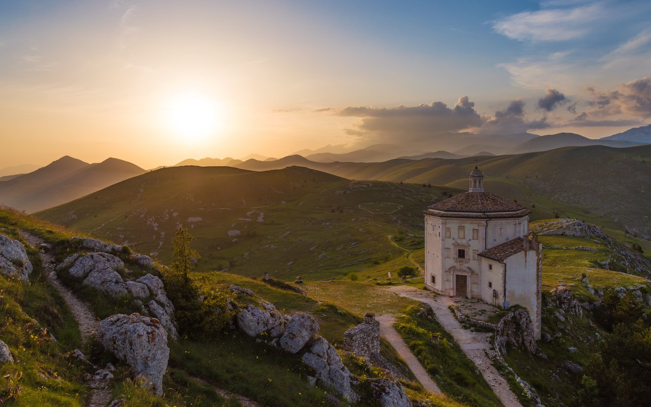 AWAYN IMAGE Hike to Rocca Calascio Italy