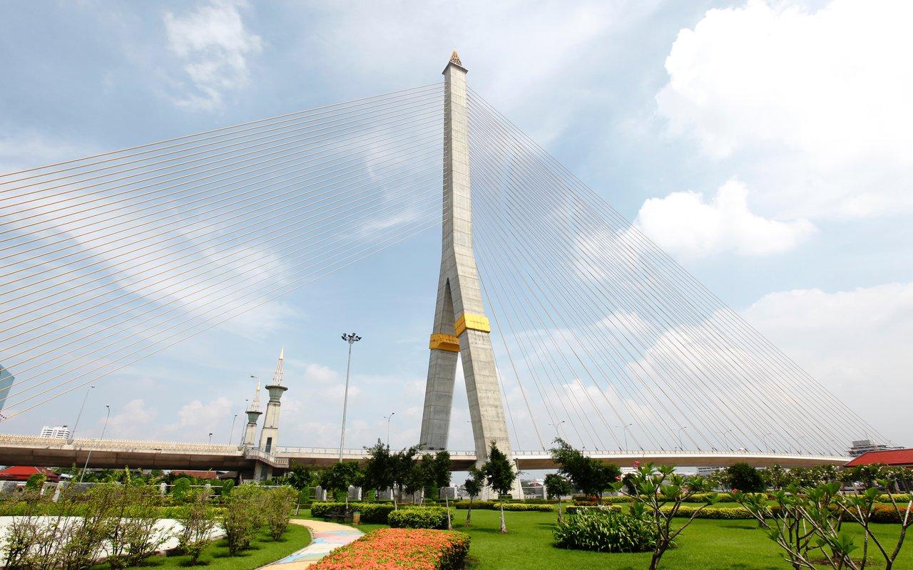 AWAYN IMAGE Stroll around Rama VIII Park