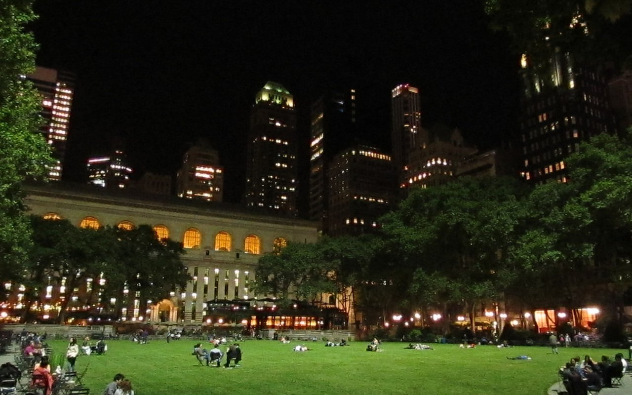 AWAYN IMAGE Places to play chess outdoors. NYC, Bryant Park: