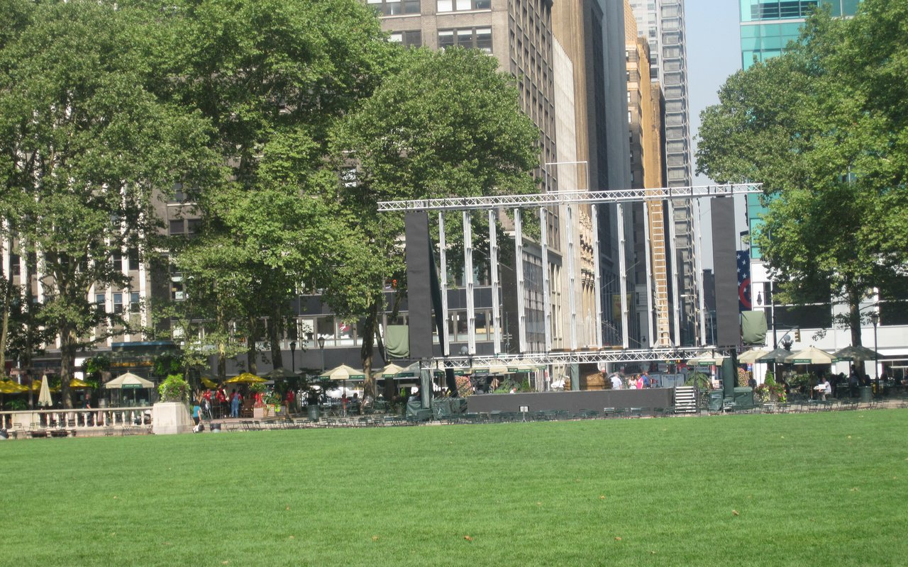 AWAYN IMAGE Places to play chess outdoors In Bryant Park