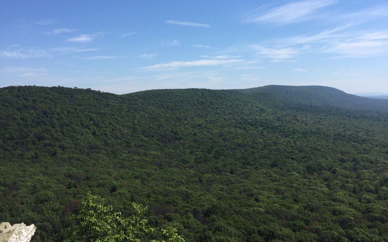 AWAYN IMAGE Hawk Mountain Lookout Trail