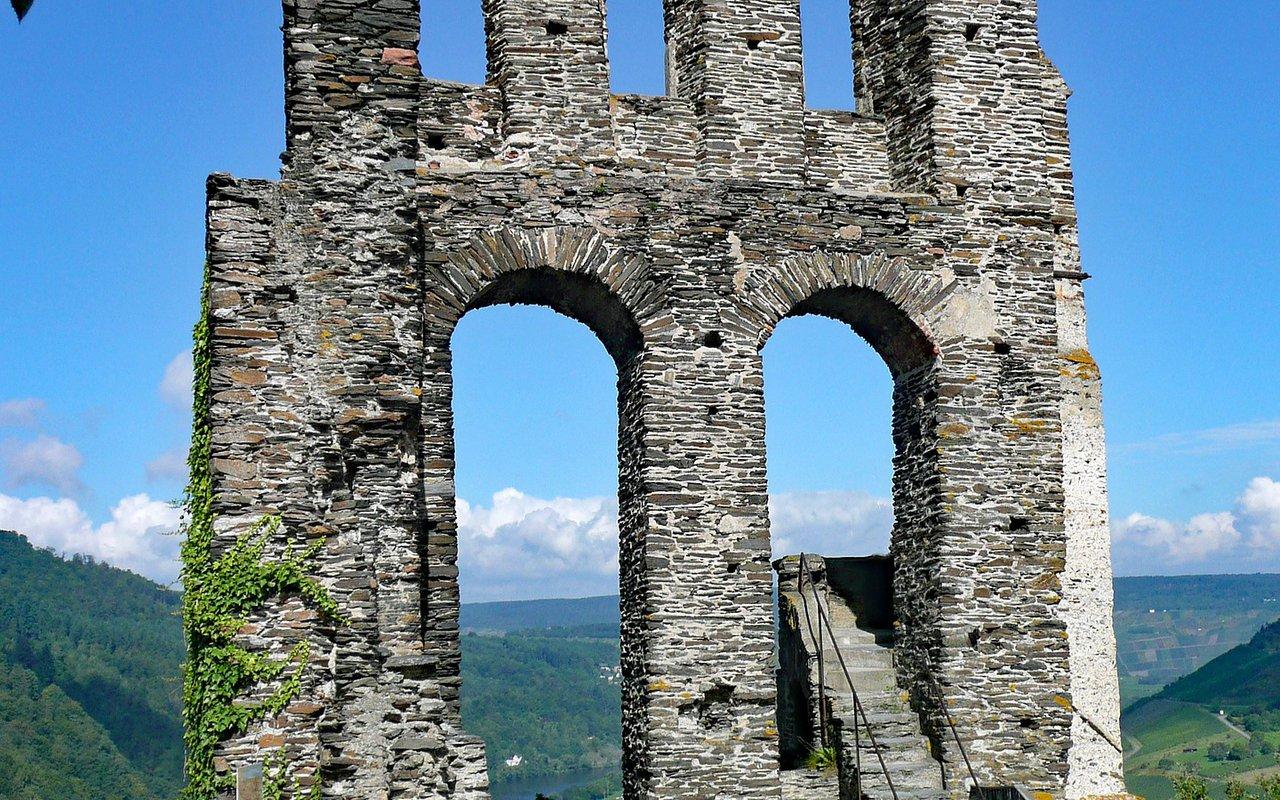 AWAYN IMAGE Hike to the Ruins of Grevenburg