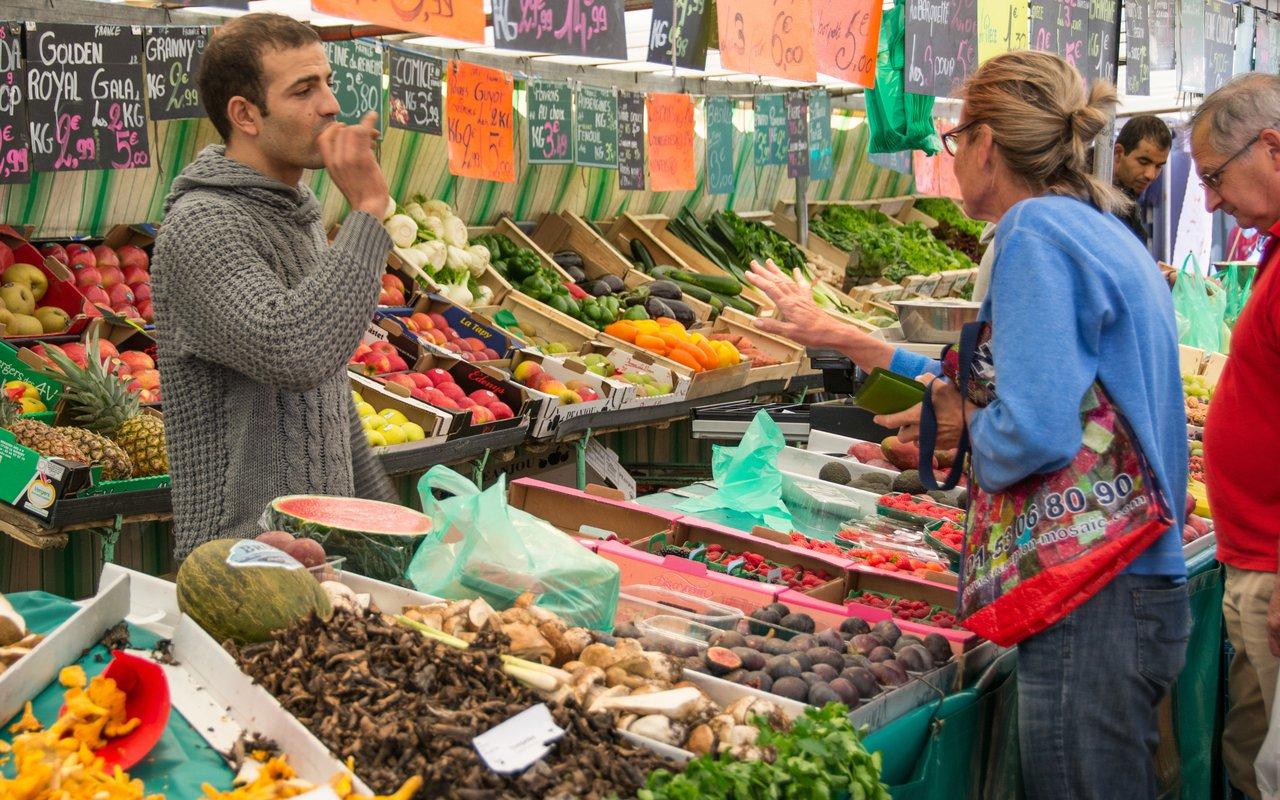 AWAYN IMAGE Walk and shop around Rue Mouffetard Market
