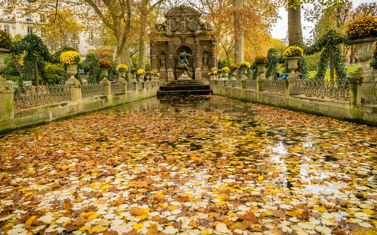 AWAYN IMAGE Sit by Marie De Medicis Fountain