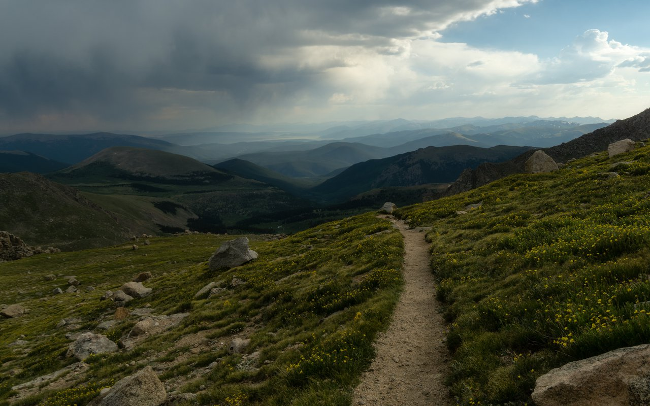AWAYN IMAGE Hiking Mount Bierstadt