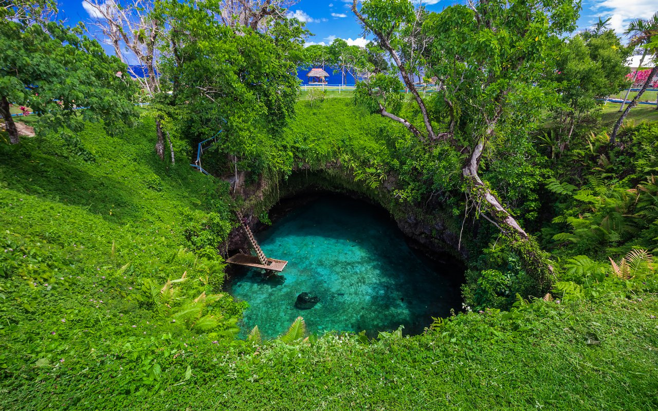 AWAYN IMAGE Dive into the To Sua Ocean Trench